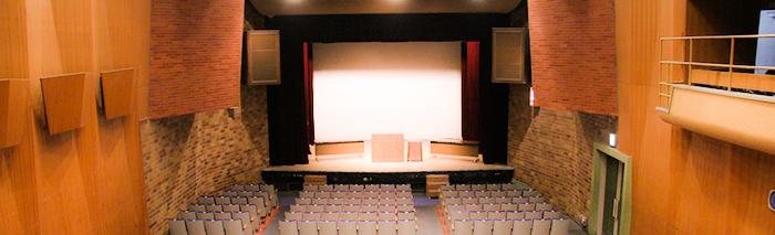 市民会館 小ホールで行われる イベント情報一覧を 下に表示しています  イメージは 小ホール客席後方から撮影した 写真です